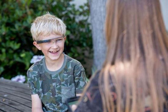 图:这个孩子正在测试Superpower Glass