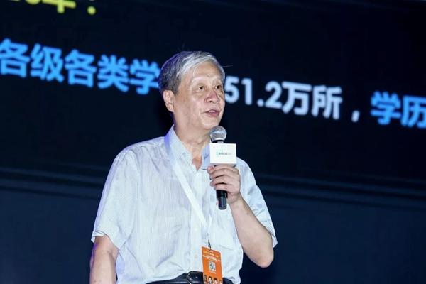 """中国教育学会会长钟秉林教授在""""全球人工智能与教育大数据峰会·2018""""主题报告中指出,科技变革甚至颠覆教学过程,并改变师生关系"""
