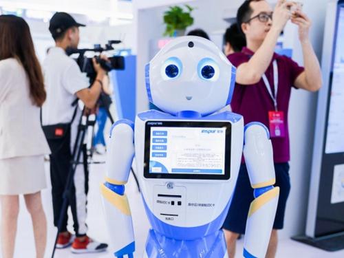 机器人吸引了众多观众前来参观