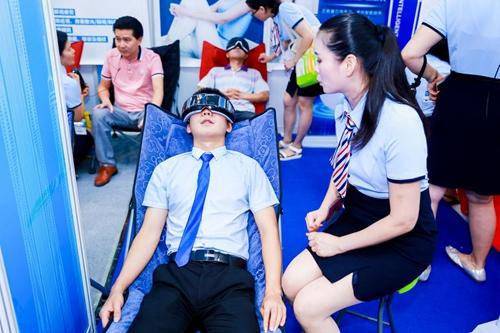 现场专业观众在体验智慧医疗产品眼部按摩仪