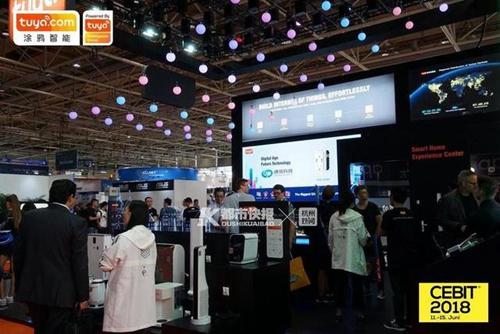 涂鸦智能展位顶上的灯阵成为汉诺威消费电子展上的一景