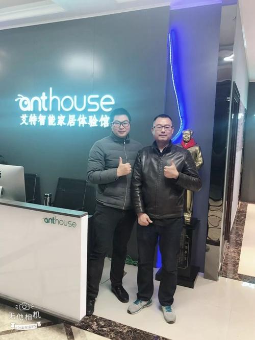 湘潭体验厅店的负责人朱彬(右)