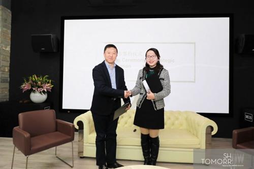 上海万耀企龙展览有限公司李总(左一)与全装联副秘书长闵洁战略合作签约合影留念