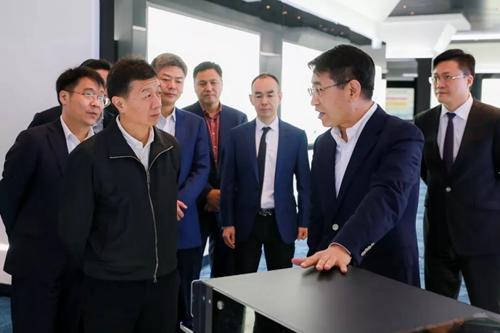 贵阳市委副书记、市长陈晏(图左)与紫光集团联席总裁兼新华三首席执行官于英涛(图右)