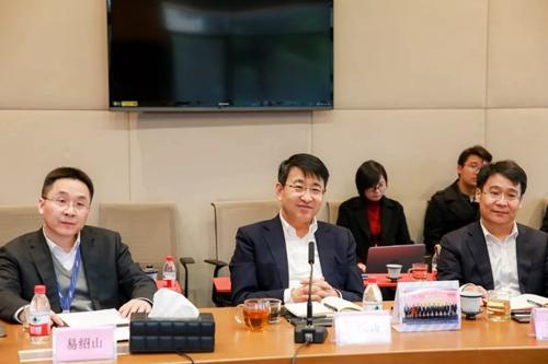 紫光集团联席总裁兼新华三首席执行官于英涛(图中)
