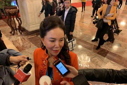 记者在两会采访中使用科大讯飞的录音产品