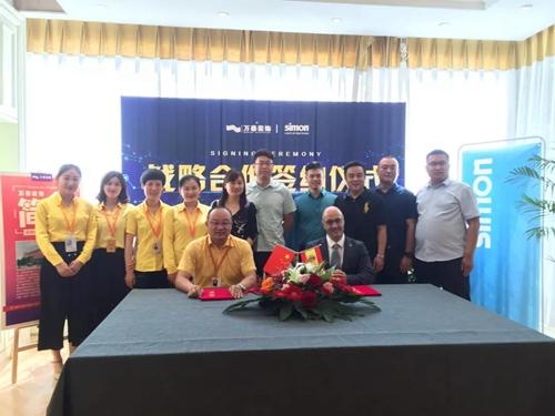 西蒙电气(中国)业务发展总监Gonzalo Batista与万泰装饰总经理赵启华先生签订战略合作协议